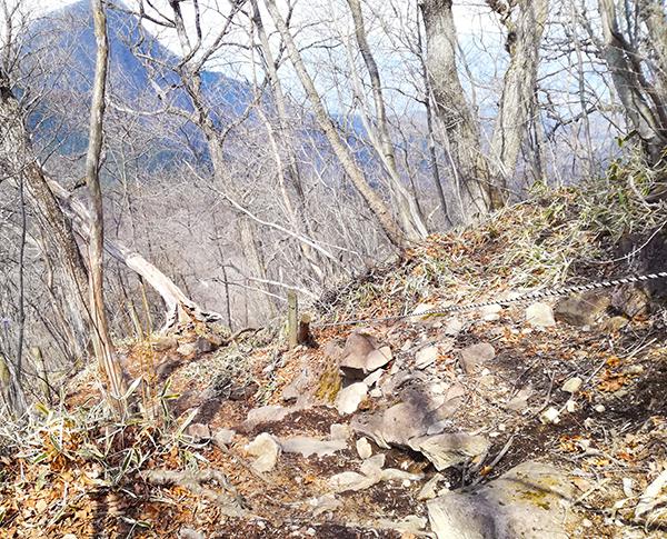 榛名富士からゆうすげ元湯に行く道のロープ