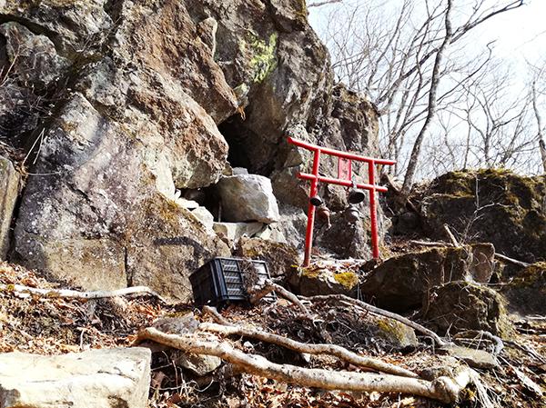烏帽子岳登山道の山頂近くの鳥居