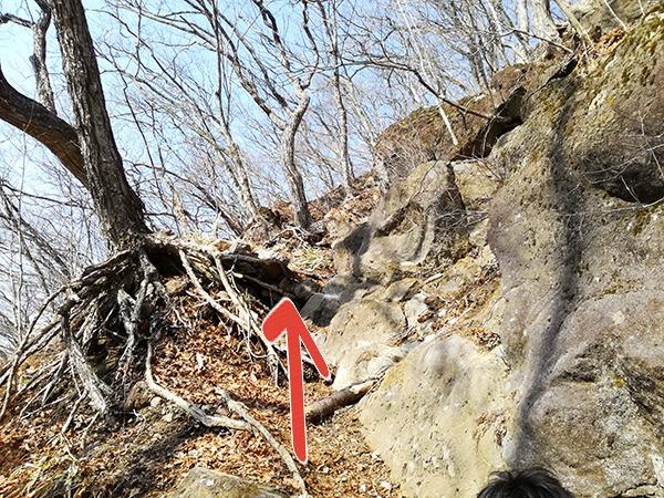 烏帽子岳登山道の山頂近くの岩場