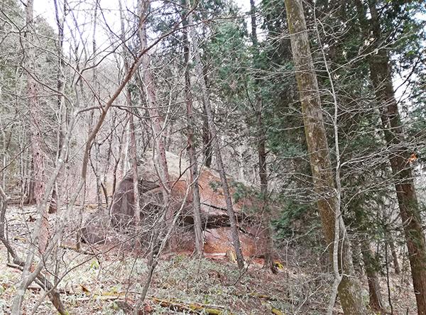 掃部ヶ岳登山道にある大きな岩