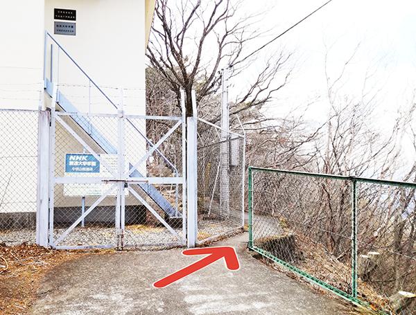 NHKの電波塔横を通る道