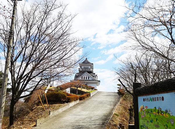 牛伏山展望台方面へ進む道