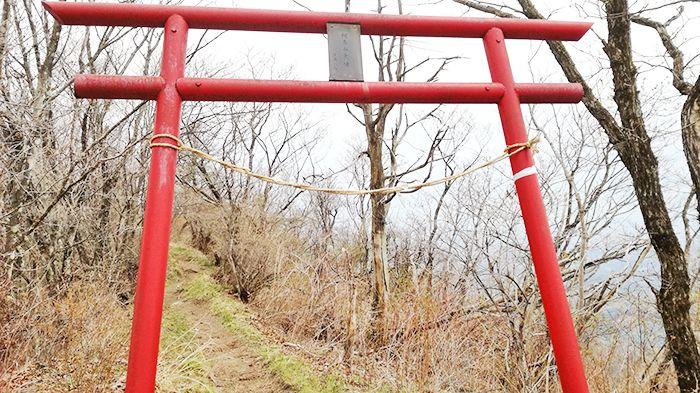 相馬山に向かう岩場の道にある鳥居