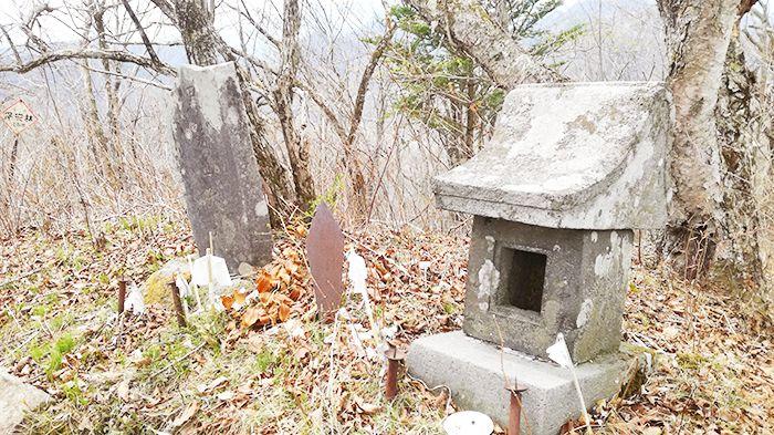 相馬山の鳥居の近くにある祠