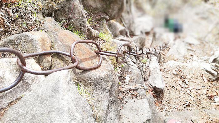 相馬山山頂から下山する際の鎖場
