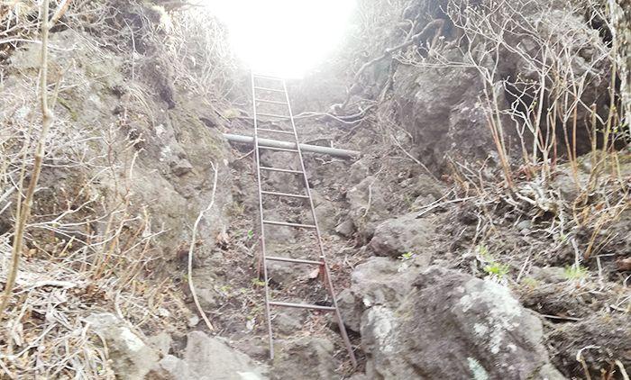 スルス岩へ登る道の鉄はしご