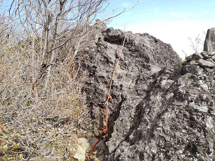 スルス岩の上にあるロープ