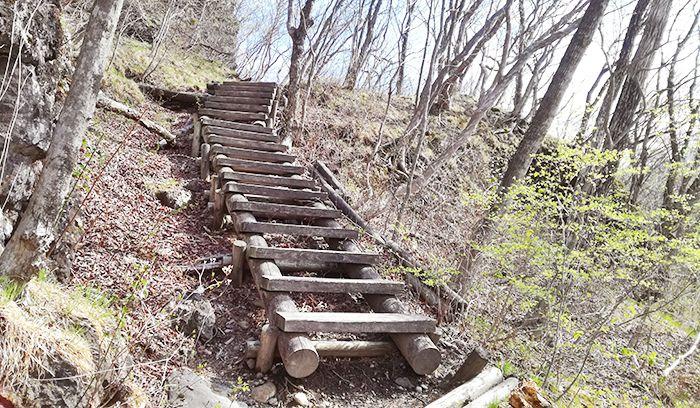 スルス岩から松之沢峠方面で下山する道の階段