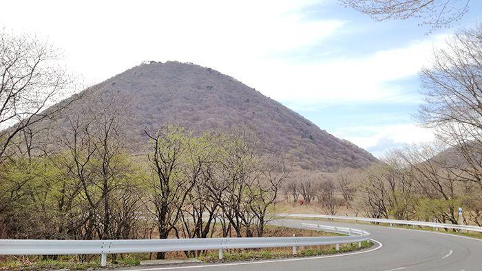 松之沢峠方面からゆうすげの道へ向かう道で見える榛名富士