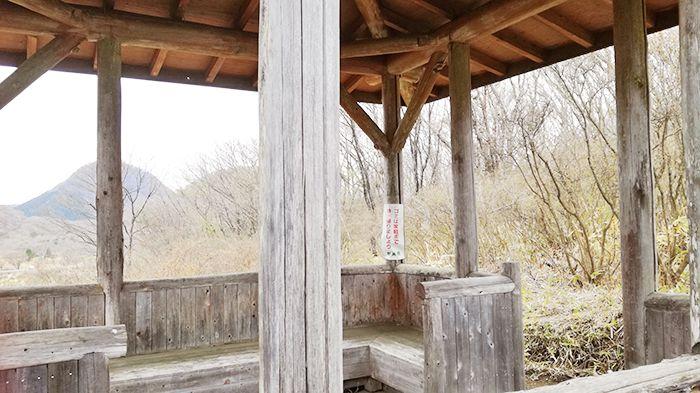 相馬山に向かうスルス峠の道にあるあずま屋