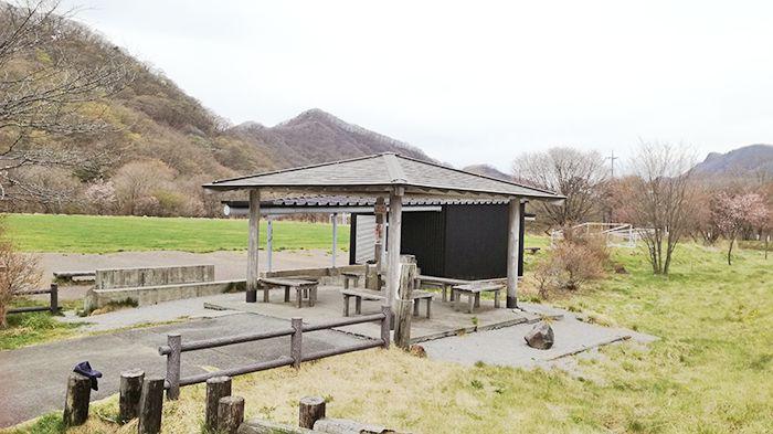 県立榛名公園松之沢グラウンド駐車場近くの休憩所