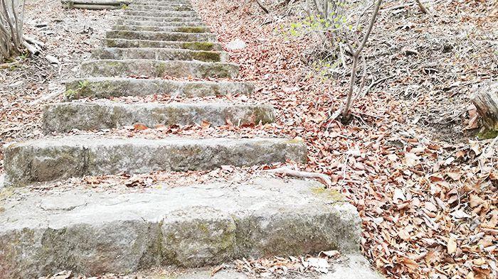 相馬山に向かう道の石階段