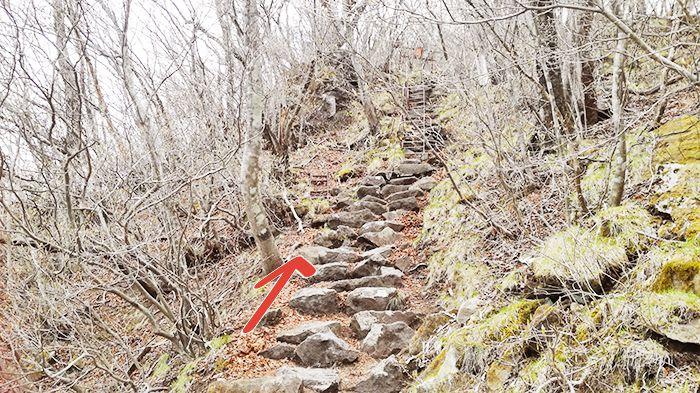 相馬山に向かう岩場の道にある鉄はしご