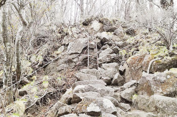 相馬山に向かう岩場の道にある鎖場と鉄はしご