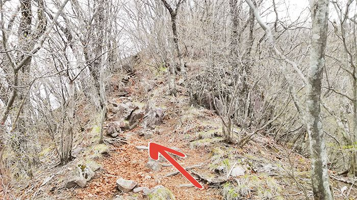 相馬山に向かう岩場の道