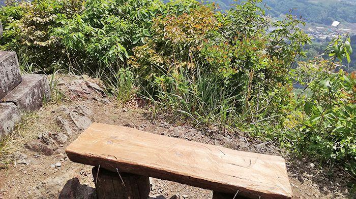 戸神山山頂のベンチ
