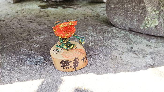 戸神山山頂の石灯篭にあるカエル