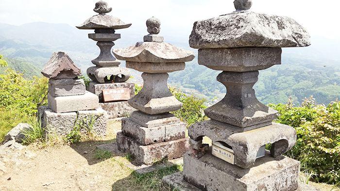 戸神山山頂の石灯篭