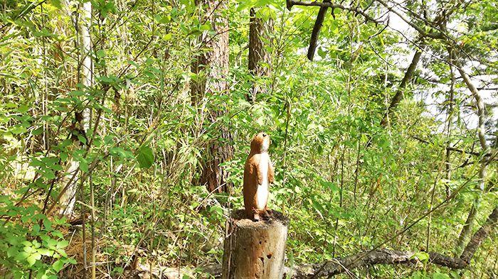 戸神山林道ルートの道にある木彫り