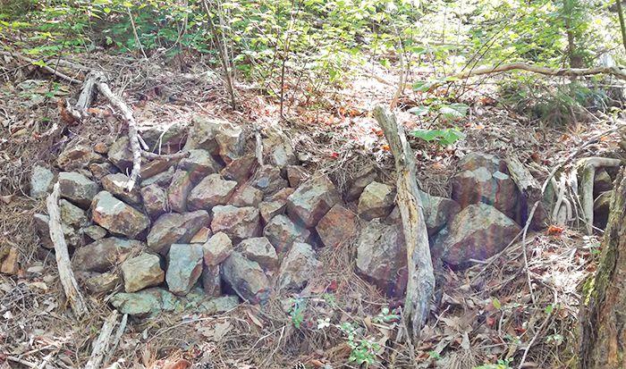 戸神山登山道の鉱山跡ルートにある石垣