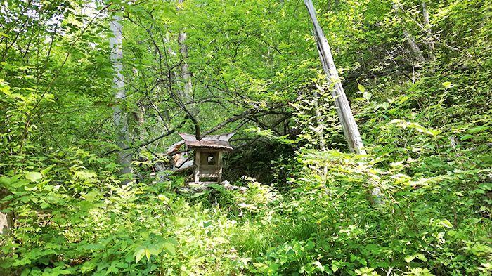 戸神山登山道の鉱山跡ルートにある祠