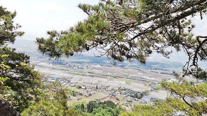 戸神山登山道の鉱山跡ルートの岩場からの景色