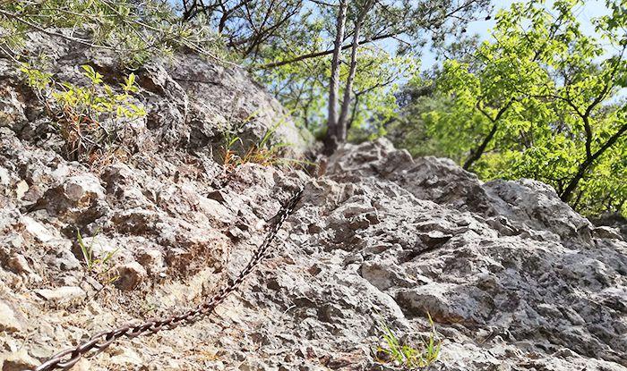 戸神山登山道の鉱山跡ルートの鎖場