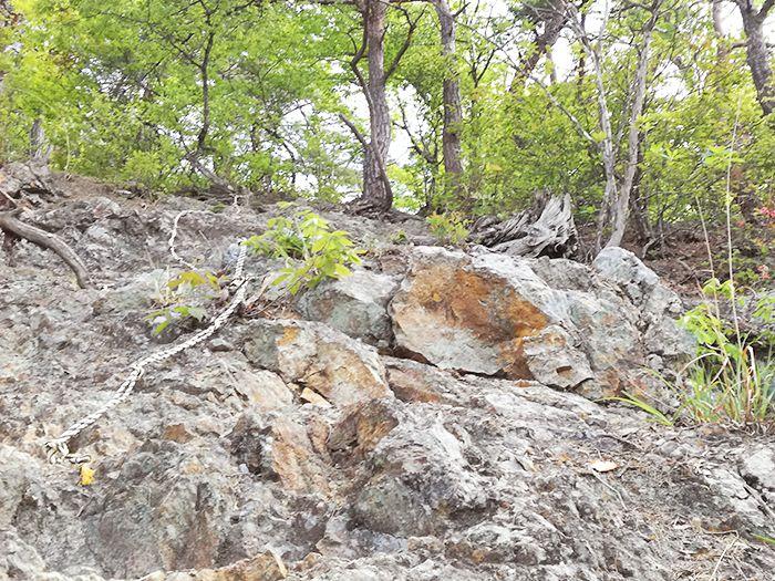 戸神山登山道の鉱山跡ルートのロープ