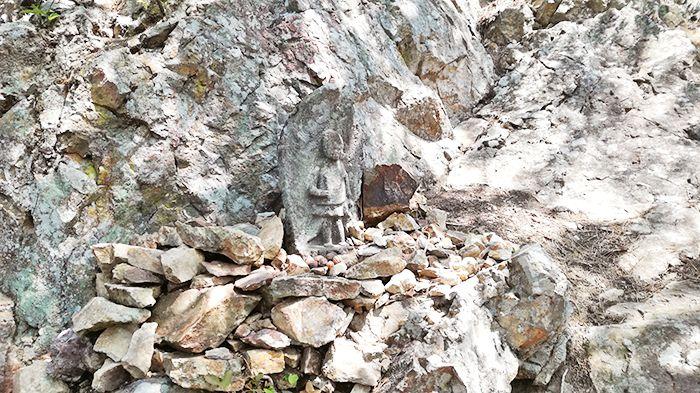 戸神山登山道から山頂への道にある石像