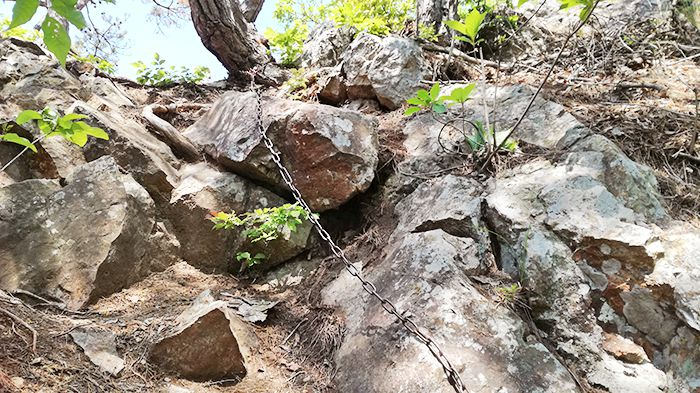 戸神山登山道から山頂への道にある鎖場