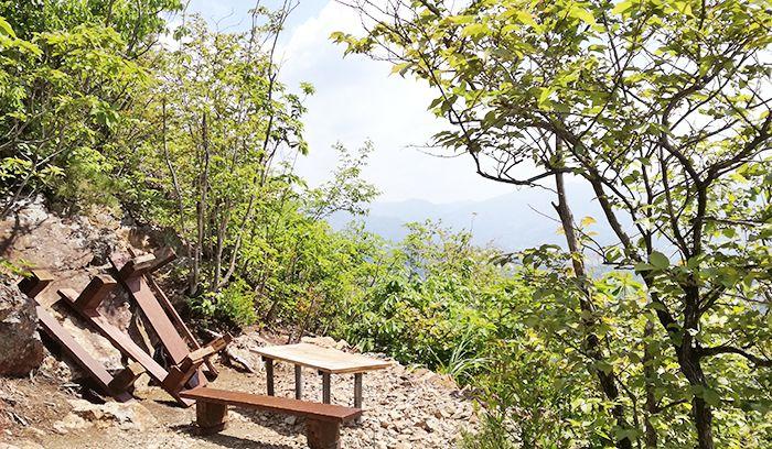 戸神山登山道から山頂への道にあるベンチ
