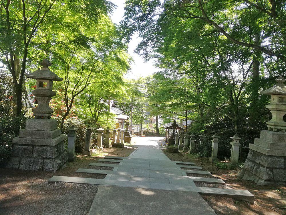 白根神社の参道