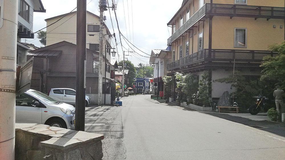 草津の郵便局を左に曲った道