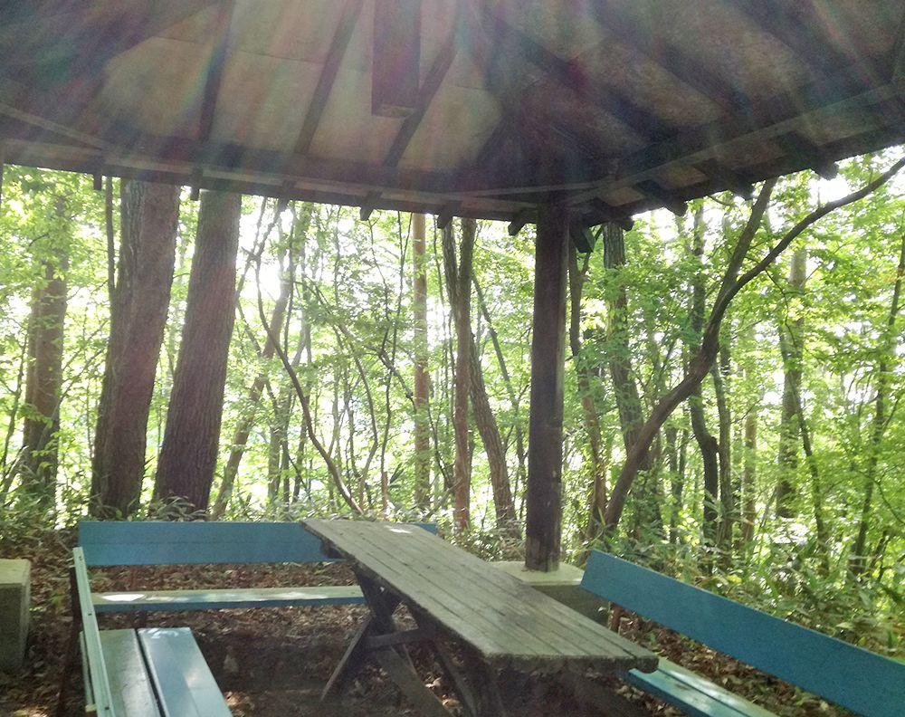嫗仙の滝の自然遊歩道の休憩所