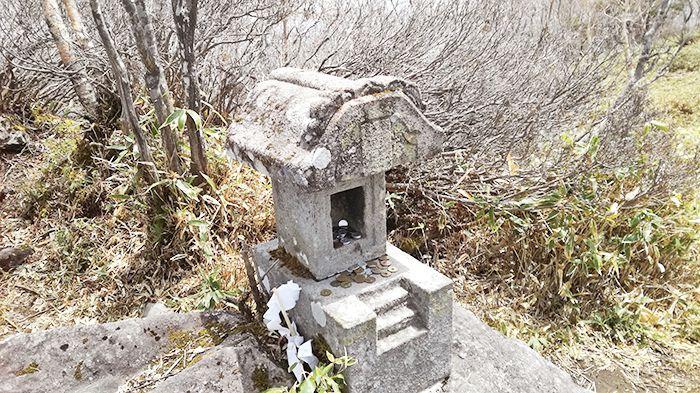 黒檜山頂上奥の絶景スポットにある祠