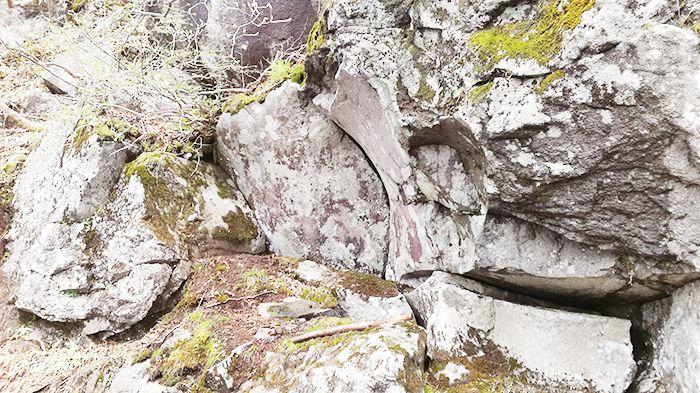 駒ヶ岳登山道にある岩