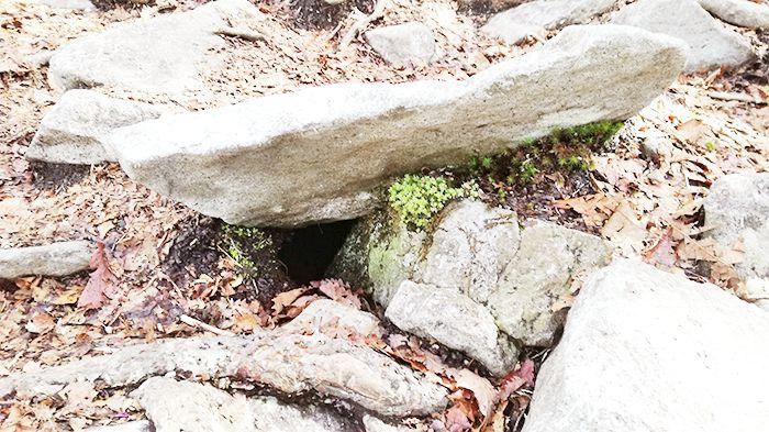 黒檜山登山道にある空洞
