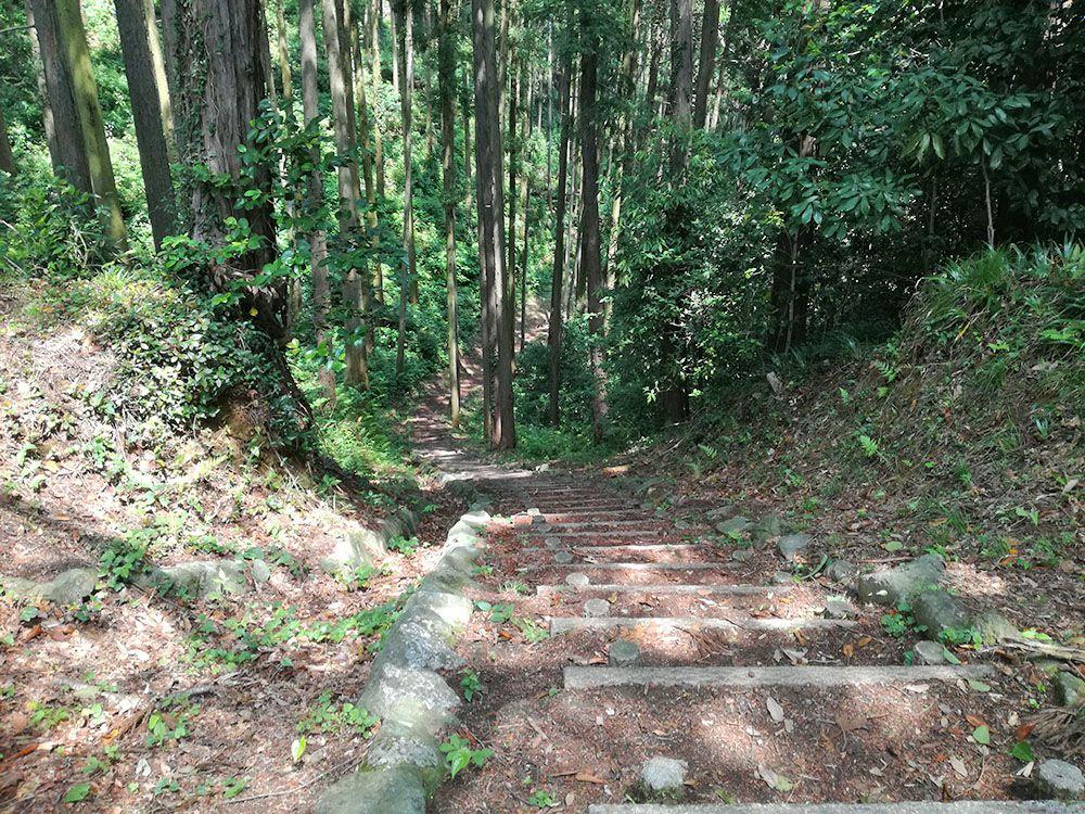 御嶽山の展望台から下山する道