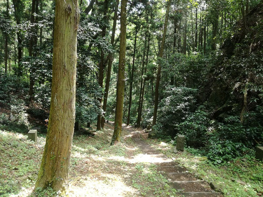 御嶽山の鏡岩から金鑚神社への道
