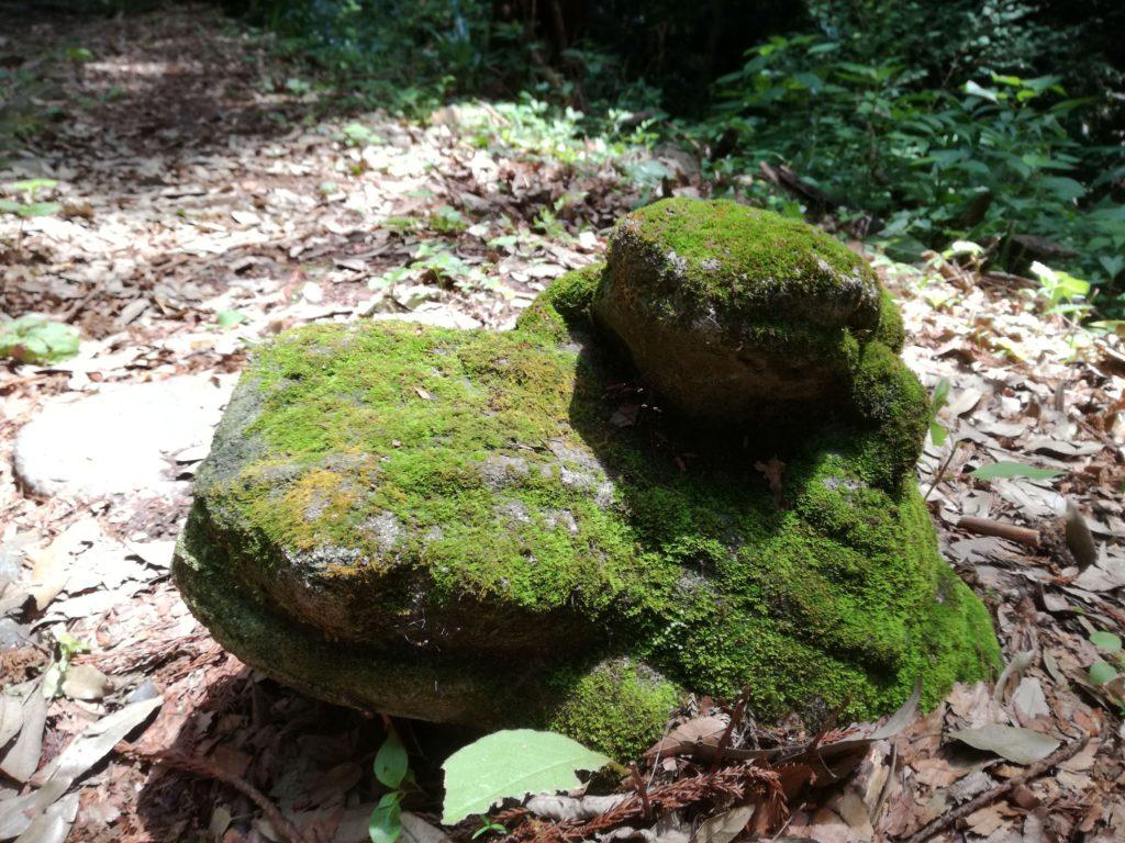 御嶽山の鏡岩から金鑚神社への道にある石像