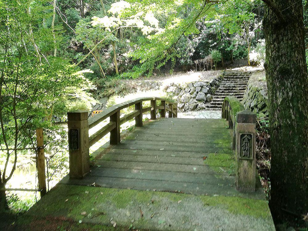 金鑚神社から駐車場への道にある橋