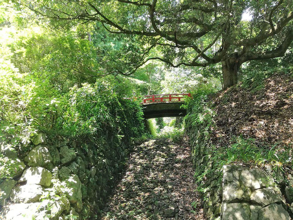 金鑚神社から駐車場への道にある赤い橋と水路