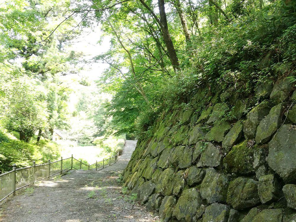 金鑚神社から駐車場への道にある石垣と石畳