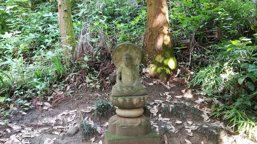 御嶽山ハイキングコースの道にある石像