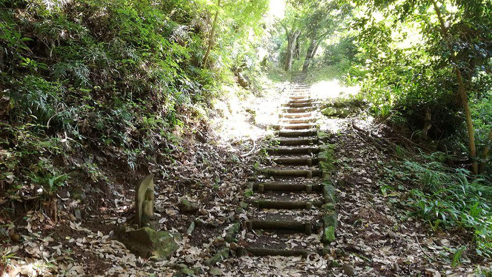 御嶽山ハイキングコースの道にある階段