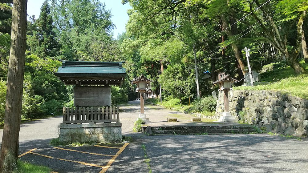 金鑚神社の駐車場からの道