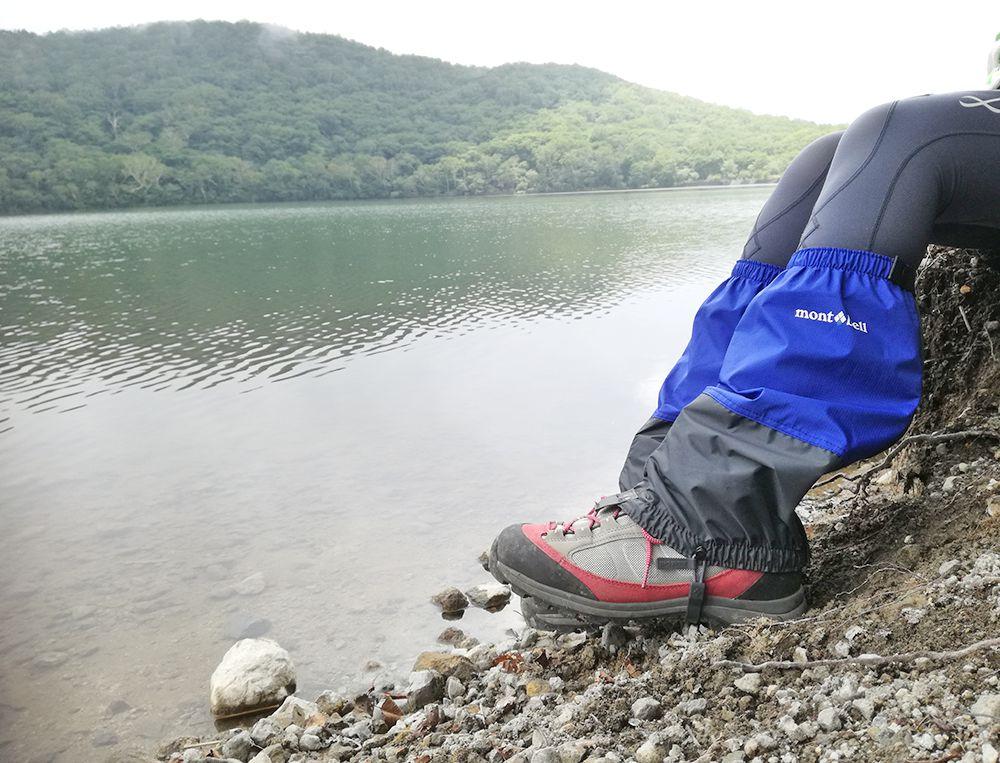 小沼と登山をする人