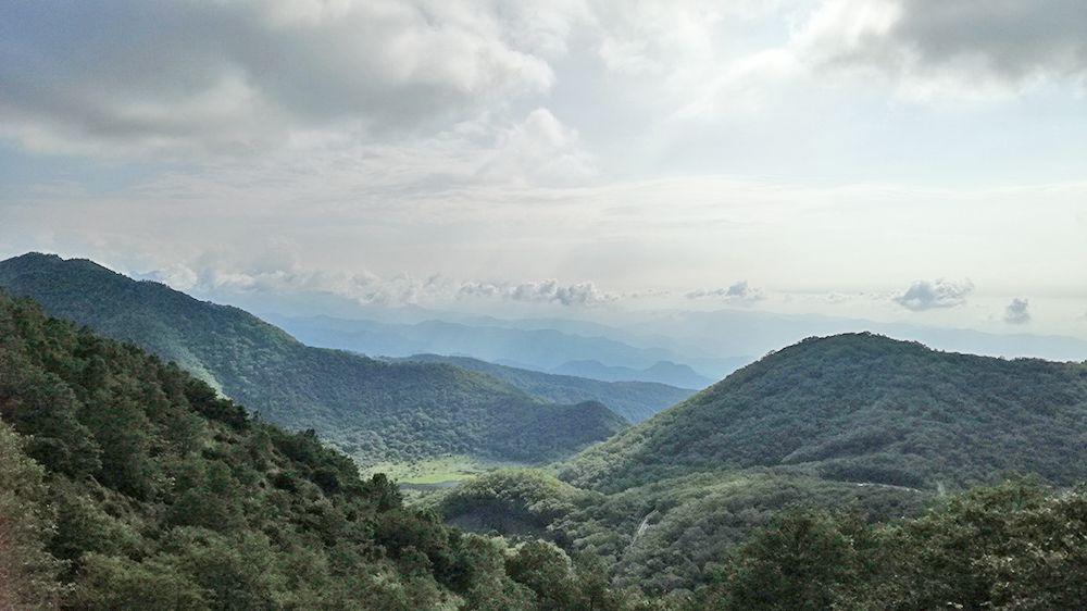 地蔵岳の遊歩道から見る覚満淵