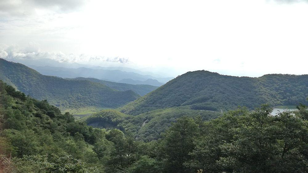 地蔵岳の遊歩道から見る覚満淵と小沼