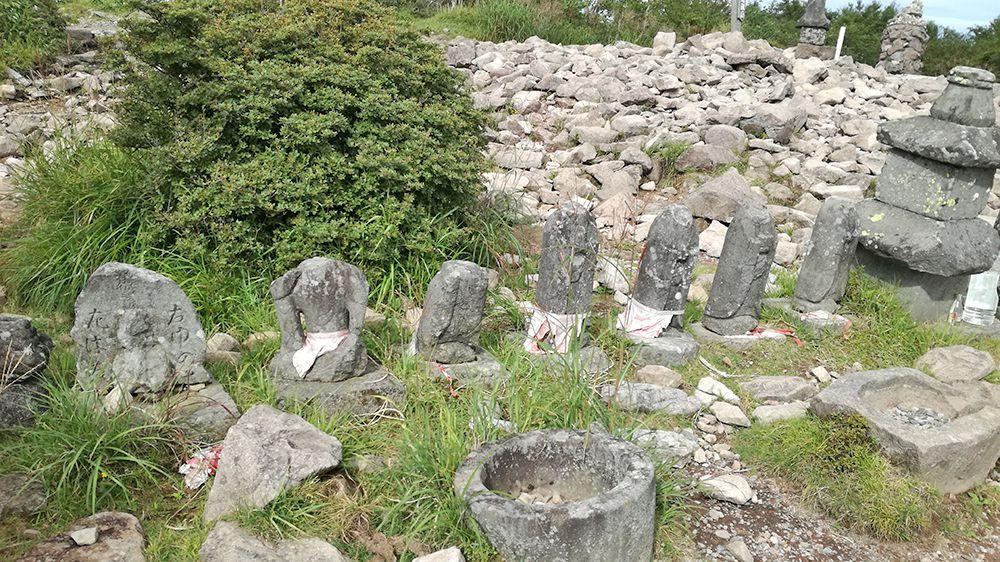 地蔵岳山頂のお地蔵さまと石碑